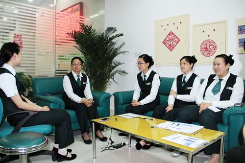 一天紧张的工作结束了,蚌埠市邮政局胜利东路支局召开夕会总结点评