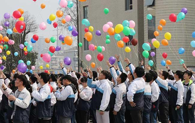 淮北市一中学举行成人仪式